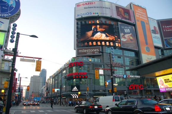 Dundas St and Yonge St intersection
