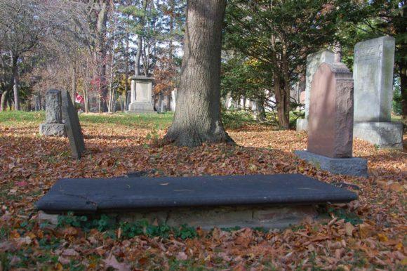 tomb cemetary Niagara war-of-1812